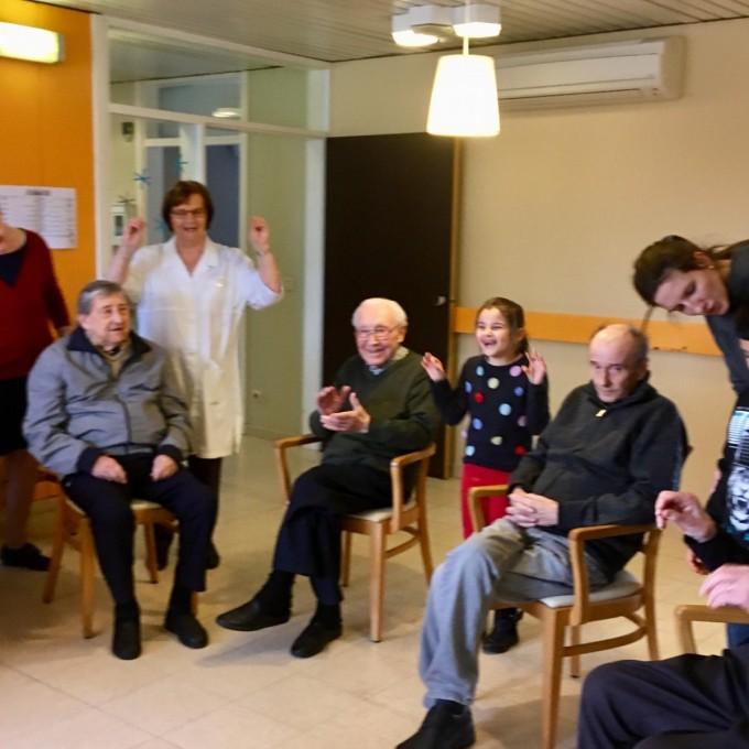 Op uitstap naar rusthuis WZC Ter Caele: plezier voor groot en klein!
